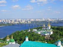 Vue de panorama vers Kiev Pechersk Lavra Monastère chrétien, églises orthodoxes photographie stock