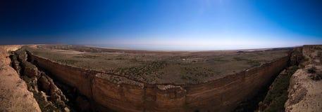 Vue de panorama vers la mer d'Aral de la jante du plateau Oust-Ourt près du cap d'Aktumsuk, Karakalpakstan, l'Ouzbékistan Images stock