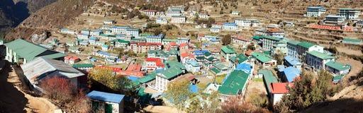 Vue de Panoramatic de village de Bazar de Namche Photographie stock libre de droits