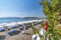 Vue de Panoramatic des lits et des parasols du soleil sur la plage Rhod de Haraki images stock