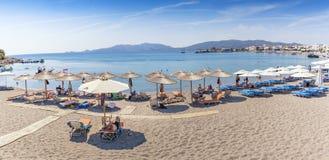 Vue de Panoramatic de plage et de vacanciers Rhodes, Gre de Haraki images stock