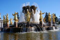 Vue de parc de VDNH à Moscou Amitié de peuples de fontaine Photo stock