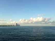 Vue de parc et de Sunny Isles Beach de Haulover d'un pilier en plage de Bal Harbour à Miami Image stock