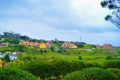 Vue de parc de Guell y Martos, avec des maisons au fond, dans C Images libres de droits
