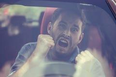 Vue de pare-brise d'un homme fâché de conducteur image stock