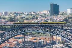 Vue de passerelle de D Pont de Luis, avec deux souterrains à croiser au dessus, à la rivière de Douro avec des bateaux et à la vi photo libre de droits