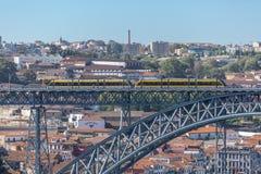 Vue de passerelle de D Pont de Luis, avec deux souterrains à croiser au dessus, à la rivière de Douro avec des bateaux et à la vi photographie stock libre de droits