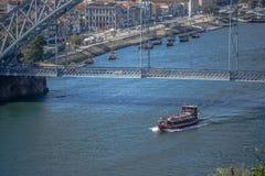 Vue de passerelle de D Pont de Luis, rivière de Douro avec des bateaux et ville de Gaïa comme fond images stock