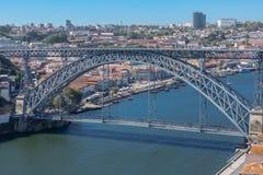 Vue de passerelle de D Pont de Luis, rivière de Douro avec des bateaux et ville de Gaïa comme fond photos stock