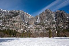 Vue de paysage de congelé au-dessus des lacs mirror, en hiver, vallée de Yosemite photo stock