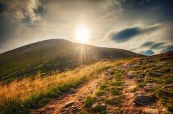 Vue de paysage de montagne de Goverla et de chemin de terre Images stock
