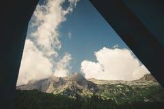 Vue de paysage de montagnes de l'entrée de camping de tente Photographie stock libre de droits