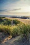 Vue de paysage de soirée d'été au-dessus des dunes de sable herbeuses sur des WI de plage Photographie stock libre de droits