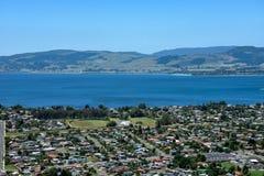 Vue de paysage de ville et de lac de Rotorua Image libre de droits