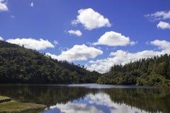 Vue de paysage des montagnes et d'un lac Photographie stock libre de droits