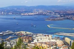 Vue de paysage de fond de ci-dessus au Gibraltar et la mer du haut du rocher de Gibraltar Images stock