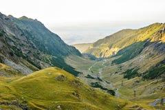 Vue de paysage de lumière du jour à partir de dessus à la route d'enroulement Images libres de droits