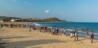 Vue de paysage marin avec le groupe de personnes, amies, équitation, fond de montagne Plage de Rishikonda, Visakhapatnam, AP, Ind Photo stock