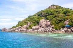 Vue de paysage marin avec pierres énormes Photos stock