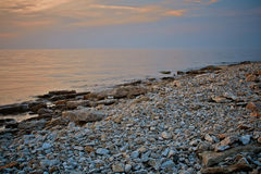 Vue de paysage marin Plage rocheuse dans la soirée Rivage de caillou Photo teintée Photo stock
