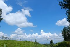 Vue de paysage sur la colline avec le ciel bleu et les nuages blancs photographie stock