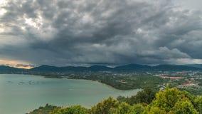 Vue de paysage de timelapse de nuages au pilier à la baie de Chalong et à la ville de Phuket en Thaïlande banque de vidéos