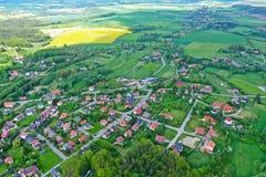 Vue de perspective aérienne sur les montagnes sudety avec la ville touristique dans la vallée entourée par les prés, la forêt et  image libre de droits