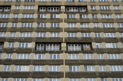 Vue de perspective aux fenêtres symétriques de la maison préfabriquée Photographie stock