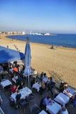 Vue de perspective de bord de mer de Barcelone Espagne des terrasses de barre et de restaurant avec diner de touristes Photographie stock