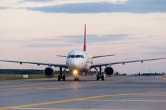 Vue de perspective d'avion de ligne de jet à la piste de roulement Images libres de droits