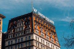 Vue de perspective d'hôtel Union Square de W avec la lune dans l'après-midi New York City d'hiver images stock