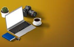 Vue de perspective d'ordinateur portable avec des outils de bureau Moquerie d'espace de travail  isométrique Image stock