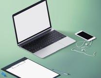 Vue de perspective d'ordinateur portable avec des outils de bureau Moquerie d'espace de travail  isométrique Photo libre de droits