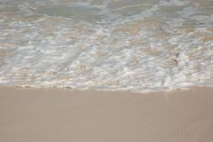 Vue de perspective d'une mousse d'océan à un au sol de sable photo libre de droits