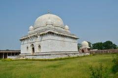 Vue de perspective de la tombe de marbre de chahs de Hoshang chez Mandav Images libres de droits