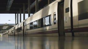 Vue de perspective de plate-forme aux voitures de train banque de vidéos