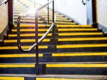Vue de perspective des escaliers jaunes avec la balustrade argentée en métal photo libre de droits