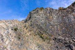 Vue de perspective du symphonie des pierres sous le ciel bleu dans le bras Image libre de droits