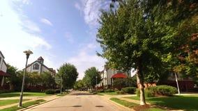 Vue de perspective en avant conduisant dans le voisinage sur l'atterrissage du ` s du ` s Washington de Pittsburgh clips vidéos