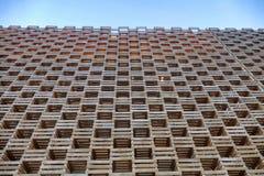 Vue de perspective géométrique de modèle de construction en bois de façade de dessous sur le ciel bleu Image libre de droits