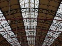 Vue de perspective de toit traditionnel du ` s de station de train photographie stock libre de droits