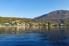 Vue de petit village de pêche de baie du golfe de Corinthe, Grèce Photo stock