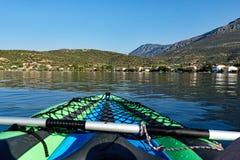 Vue de petit village de pêche de baie du golfe de Corinthe, Grèce Photographie stock