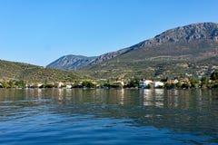 Vue de petit village de pêche de baie du golfe de Corinthe, Grèce Photos libres de droits