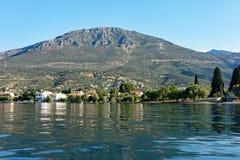 Vue de petit village de pêche de baie du golfe de Corinthe, Grèce Images libres de droits