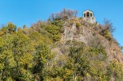 Vue de petite église en pierre de Veronica de saint sur Rocca de Caldè, Castelveccana dans la province de Varèse, Italie image libre de droits