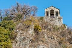 Vue de petite église en pierre de Veronica de saint sur Rocca de Caldè, Castelveccana dans la province de Varèse, Italie images libres de droits