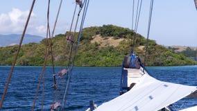Vue de petite île luxuriante d'avant de bateau de navigation Photos stock