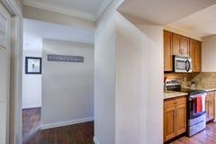 Vue de petite conception de cuisine d'office du couloir blanc photo stock