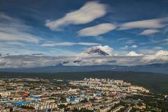 Vue de Petropavlovsk-Kamchatsky au volcan photographie stock